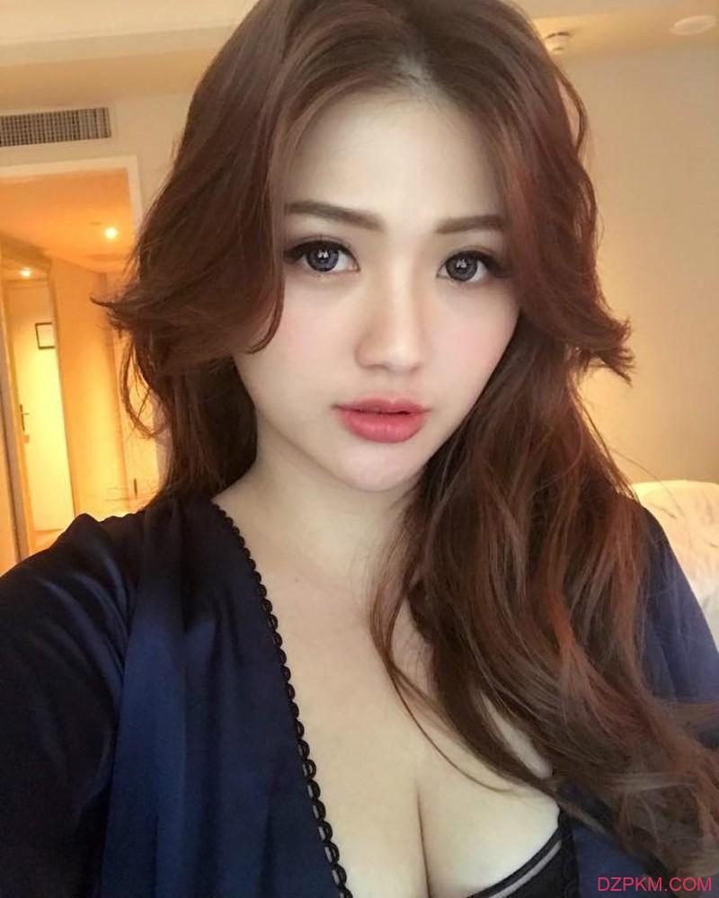 性感美女莫葵Vika 低胸洋装秀深邃事业线