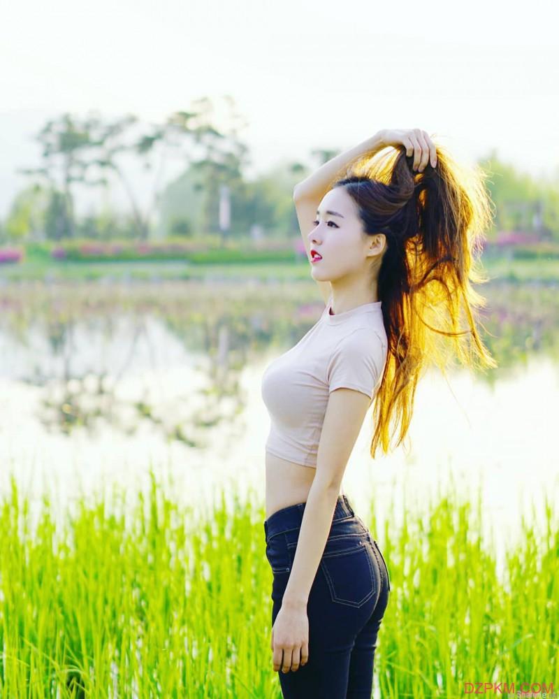 韩国大长腿正妹性感曲线迷人 贴身装露肚脐诱人犯罪