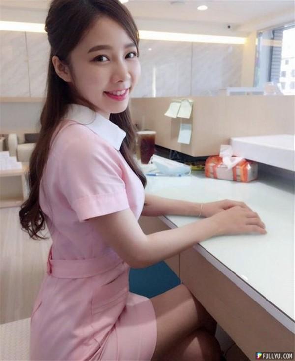「台中最美牙助」粉色制服超甜美,比基尼辣照太凶网友:「看牙医都不用打麻醉啦」!
