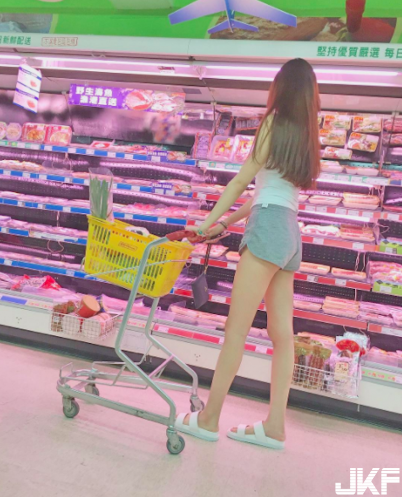 冲一波!超市出现「逆天长腿」+「浑圆美乳」的天菜正妹,双重爆击根本开外挂呀!
