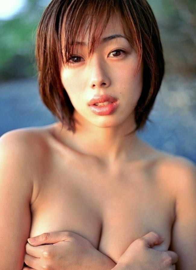 只手遮胸过激的半裸照片们 这些日本女艺人也未免太让人情绪激昂了