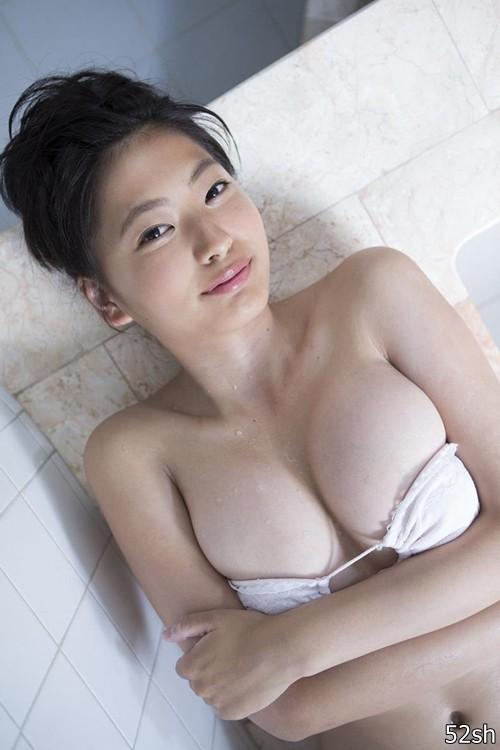 十六岁就出道拍写真 能歌善舞又会吹乐器的D奶正妹泽田夏生