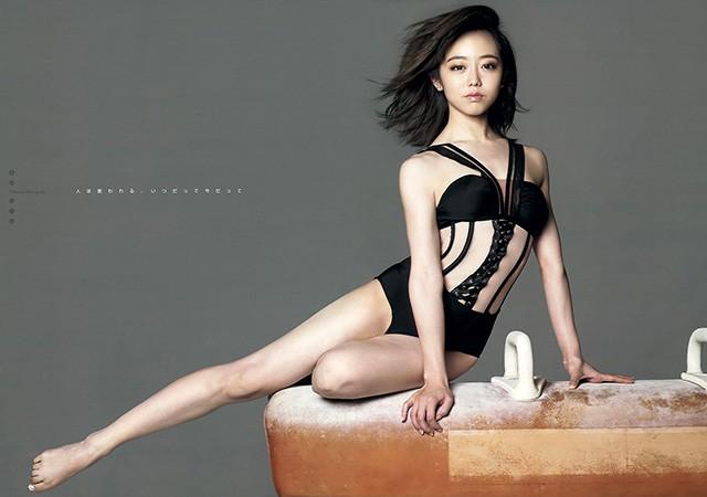 AKB48峯岸南上杂志封面 展示减腩练肌后性感肉体