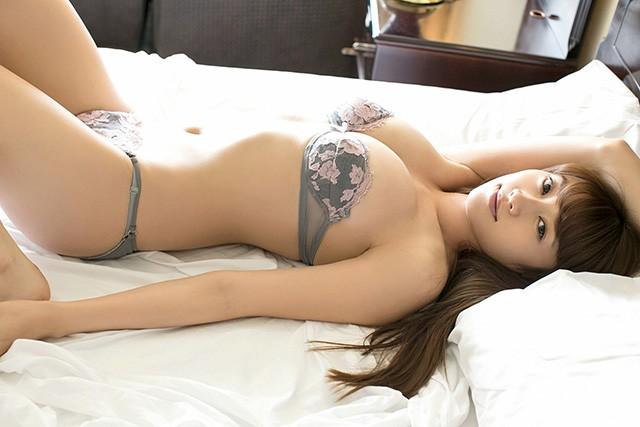 《嬢王》原干惠入行10年保持爆乳身材性感吸引