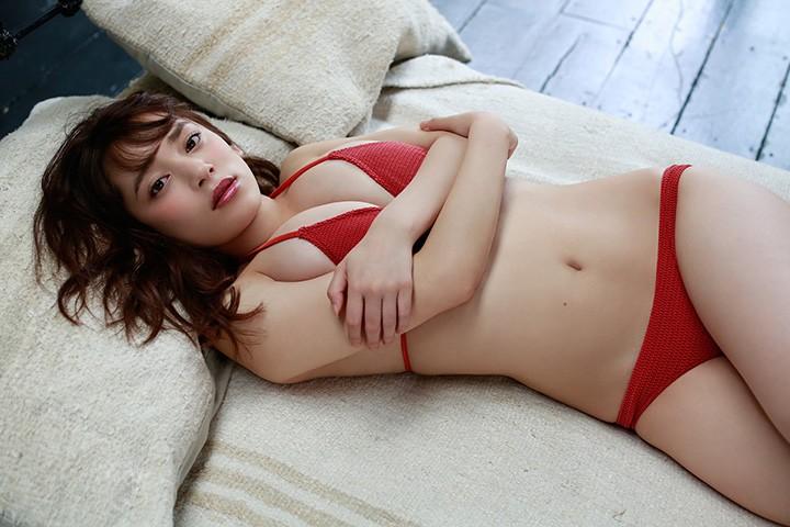 20岁都丸纱也华潜伏期间 让大家重新记起她的诱人F奶
