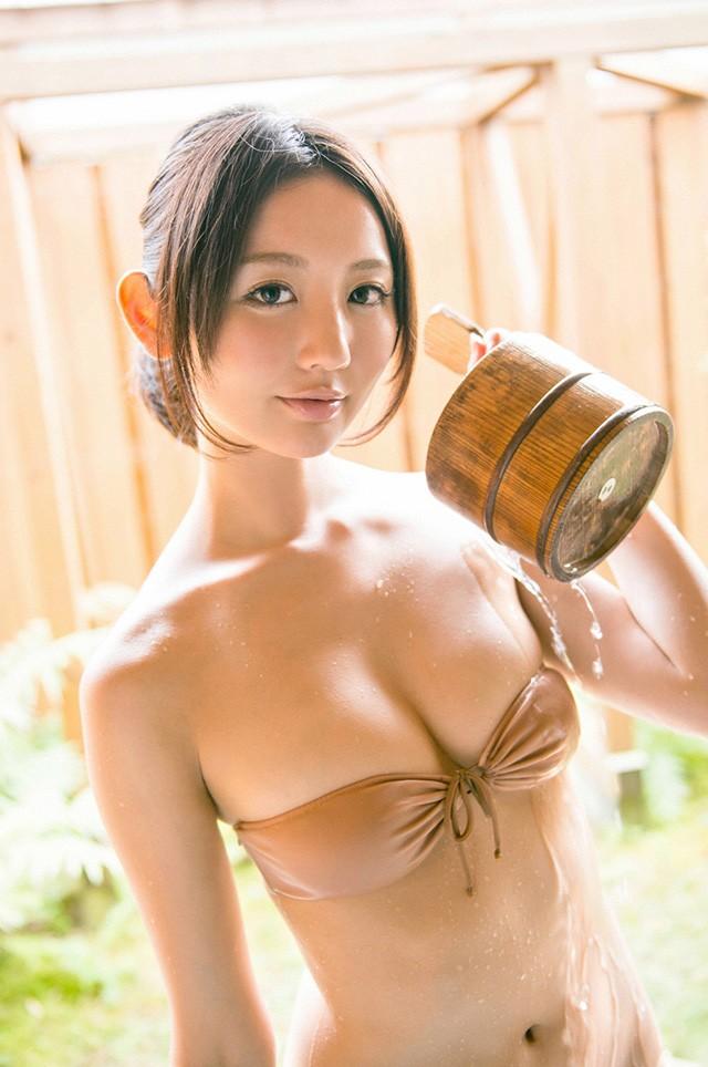 小野乃乃香以可爱样子 雪白美乳吸引粉丝目光
