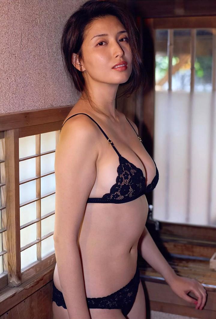 桥本爱实澡堂被偷拍 全裸F奶照曝光发放成熟魅力