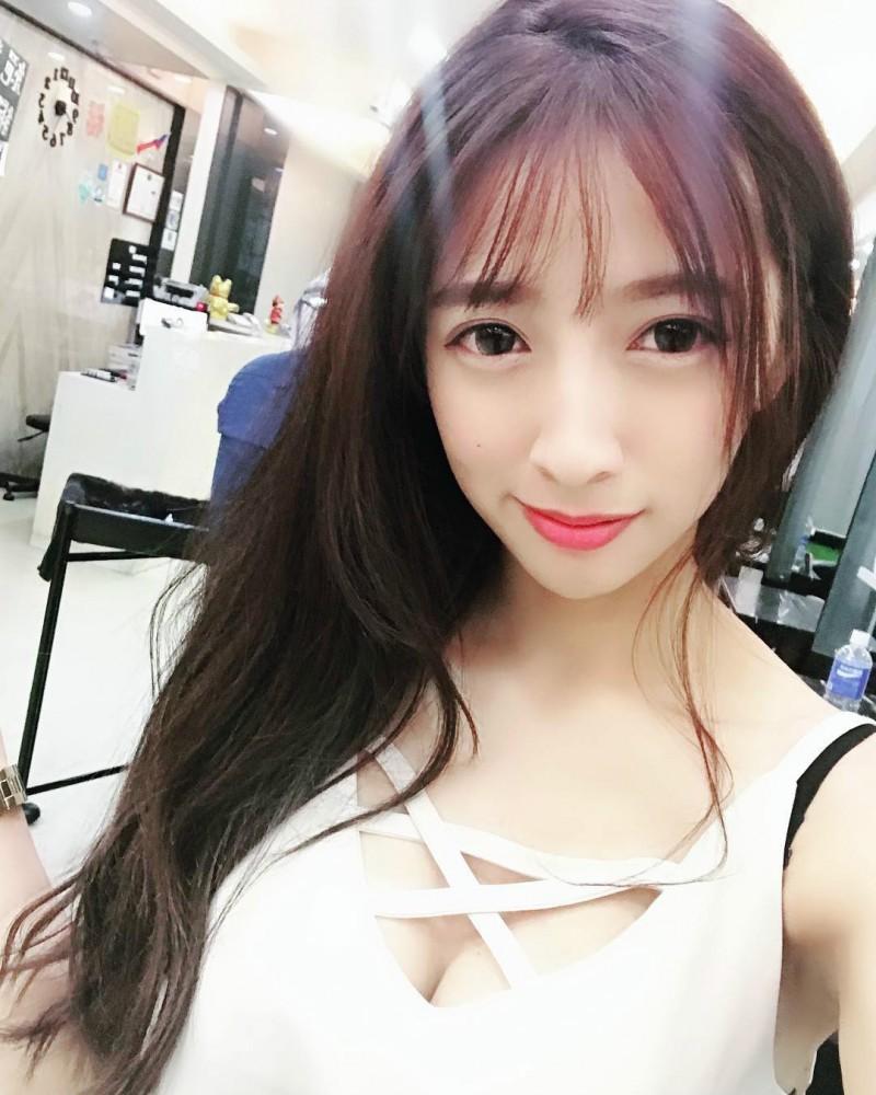 爆乳美女理发师LINA黎娜 国光女神超深事业线引骚动