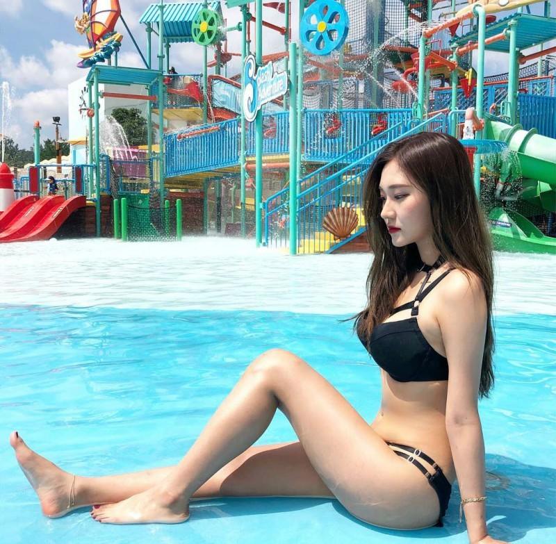 风景美女站立式 韩国正妹比基尼水上乐园戏水秀性感身材