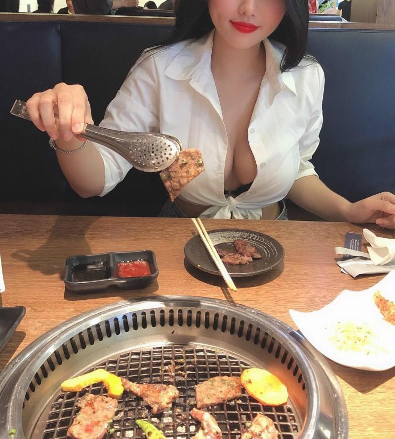 越南巨乳正妹不戴胸罩乳摇gif 真空上阵露两点秒杀路人视线