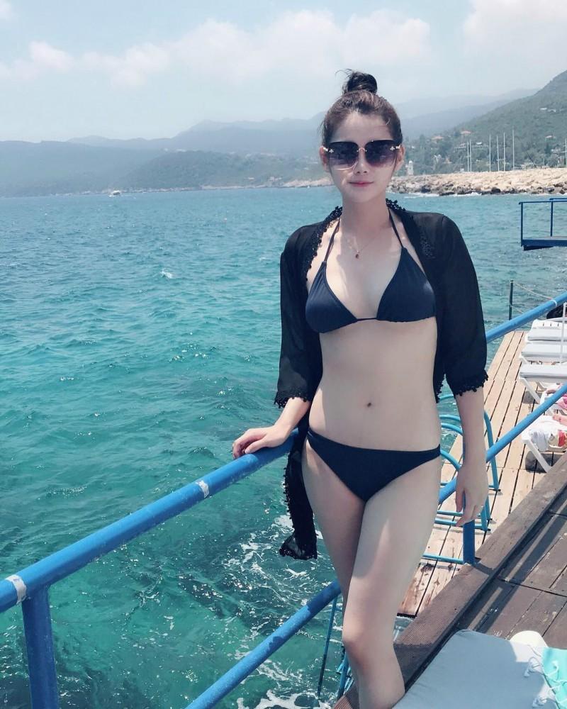 大马长发美女Li Peng 性感黑色比基尼秀完美身材