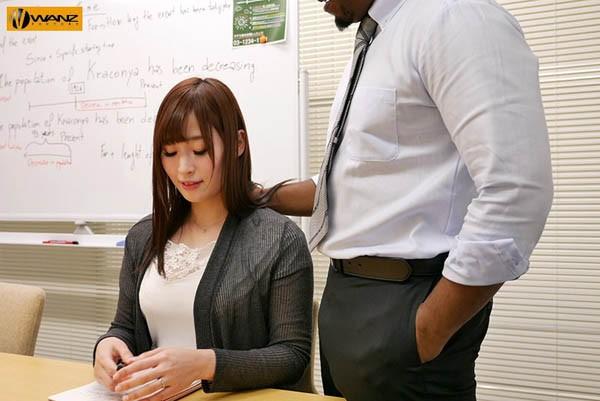松永纱奈换上性感内衣,努力变换姿势让黑人满足。