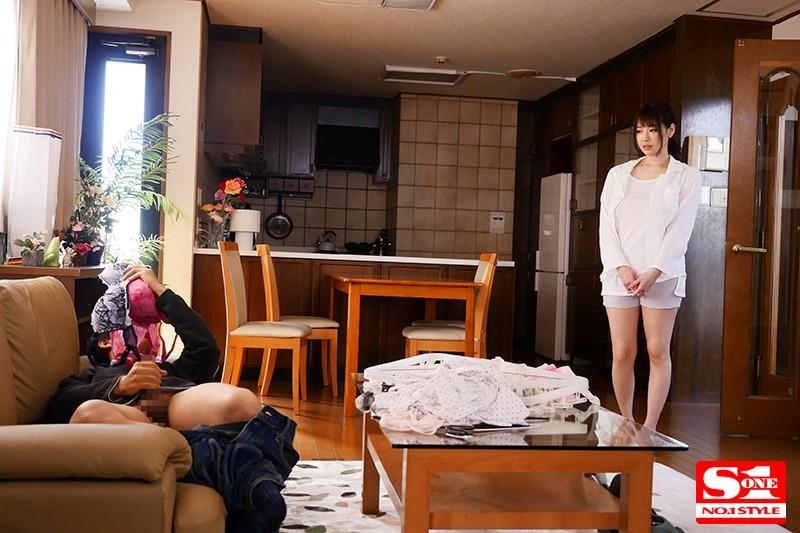 SSNI-799:妹妹男友在沙发上闻著安斋拉拉内衣打手枪疯狂做爱!
