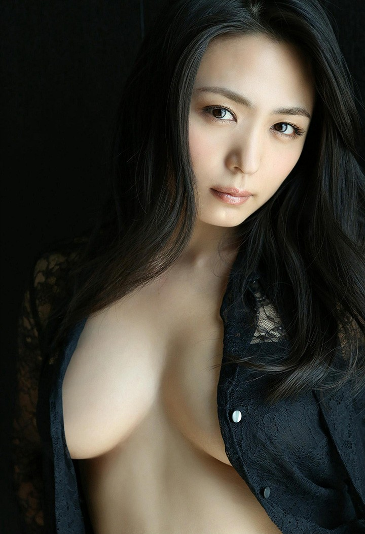 川村雪绘以成熟风韵及G奶 成为30代最具魅力写真女优