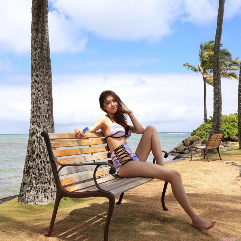 顶级学生正妹Cindy Huang 低胸长裙海边戏水令人鼻血狂喷