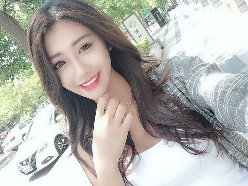 大学生正妹何季珍kelly 晒性感比基尼秀火辣身材