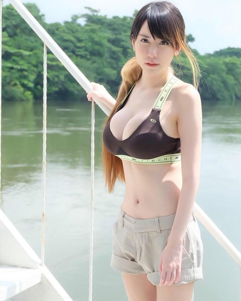 泰国网红辣妹Parvinee T 性感正妹玩小老虎秀雪白巨乳
