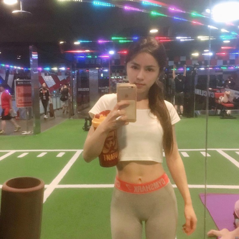 美女健身教练沈依柔 清纯正妹健身房秀骄人曲线