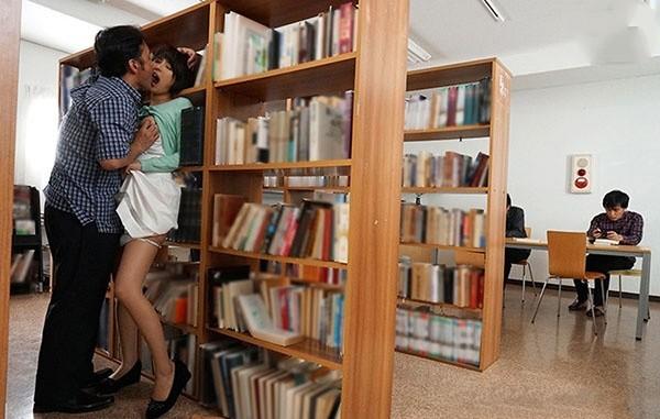 SSNI-390: 绝望少妇在图书馆被袭击的性感人妻葵司,在公共场所被各种硬上!!