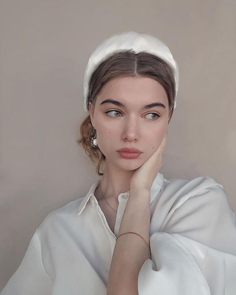精灵系18岁女孩「高领衣凸显性感曲线」,侧脸廓深叫人迷恋!