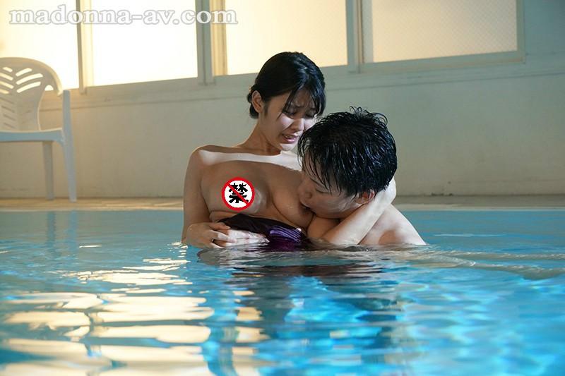 JUL-334:寂寞人妻神宫寺ナオ穿著泳衣在泳池边被教练中出!