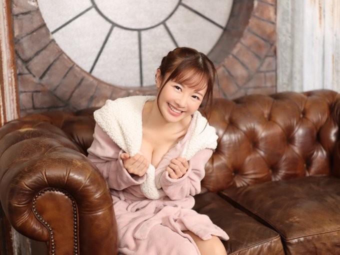 阳光笑容美少女「栗山莉绪」每週都要自慰7次 !
