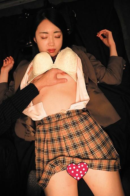 KRU-087:迷奸穿著制服的学生妹子,特别能勾起人的兽慾!