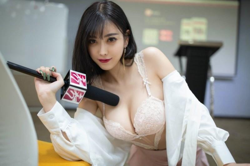 性感Sugar小甜心(杨晨晨)化身女记者 宽衣解带给你全面深入的采访!