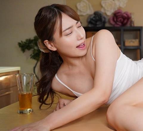 """主管醉倒在一旁…美人老婆""""初川みなみ""""主动勾引?趁他睡着""""疯狂入侵""""!"""