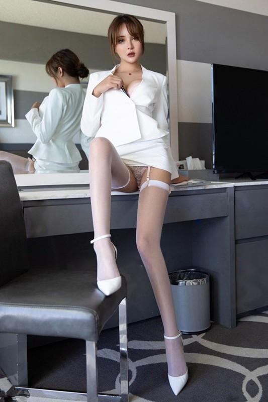 气质白领Emily顾奈奈酒店一件一件脱光上演撩人戏码。