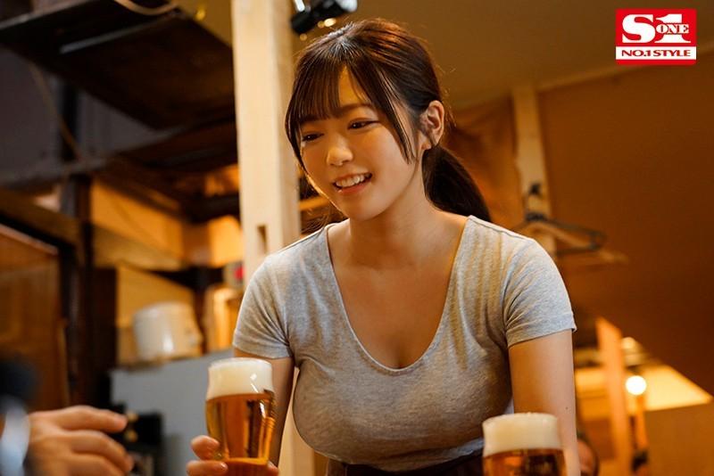 """赶不上末班车的居酒屋巨乳娘""""羽咲美晴"""",用身体报答老板今晚的收留…"""