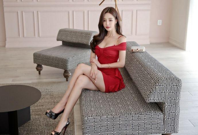 韩国女神孙允珠 一字肩连衣裙露香肩秀大长腿