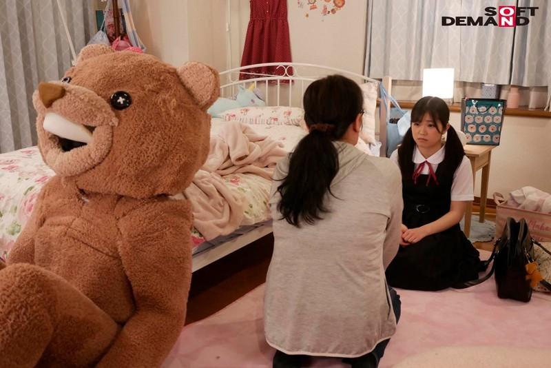 """SDMU-942:美少女""""露露茶(るるちゃ)""""惨遭玩偶装变态大叔潜入房间侵犯。"""