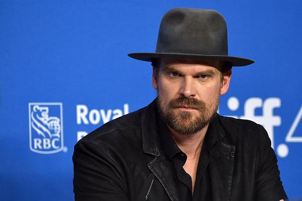 《黑寡妇》主演大卫-哈伯透露他曾沉迷在扑克游戏中
