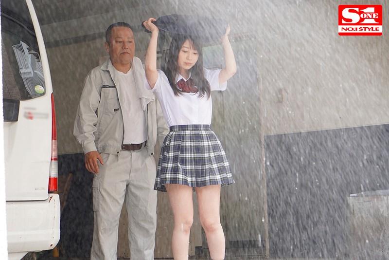 "SSNI-890 :暴雨来袭...巨乳女学生""梦乃あいか(梦乃爱华) ""湿身被工友大叔硬上!"