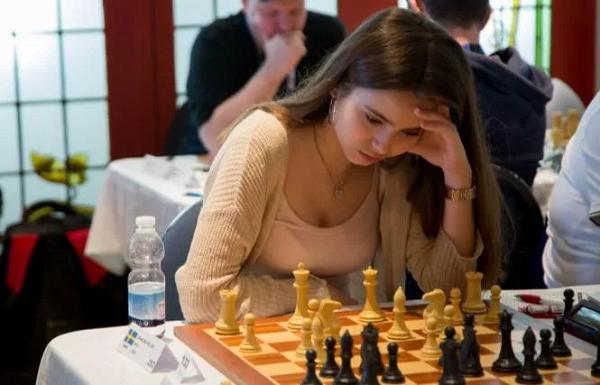 美女棋手跨界扑克赛,表现令人惊艳!