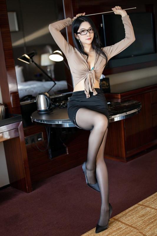 气质妹子小热巴黑丝齐B小短裙给你上课 美腿诱惑